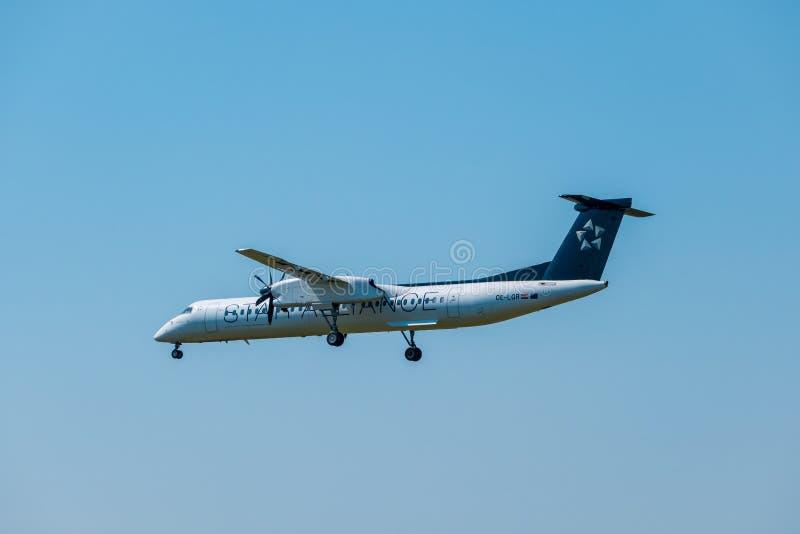 在国际机场担任主角联盟航空公司Bomardier破折号8 Q400飞机为登陆做准备在天时间 免版税库存图片