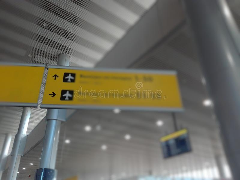 在国际机场终端弄脏信号征兆盘区的图片 库存图片