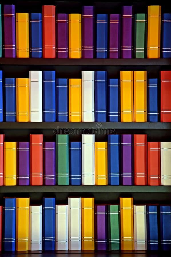 在图书馆架子的书 免版税库存照片