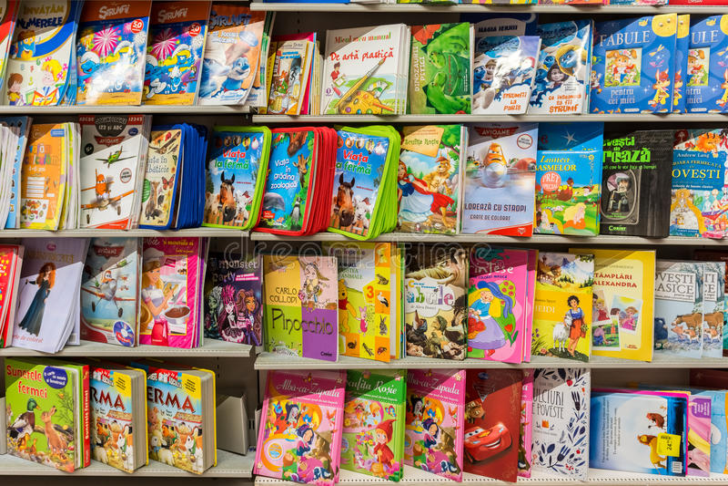 在图书馆架子的儿童图书 免版税库存图片