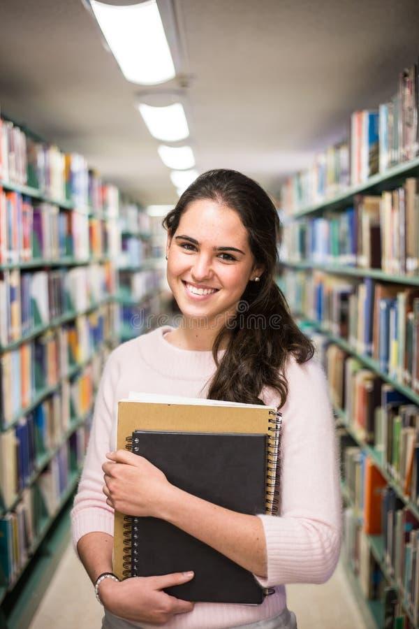 在图书馆-相当有运作在h的书的女学生里 库存图片