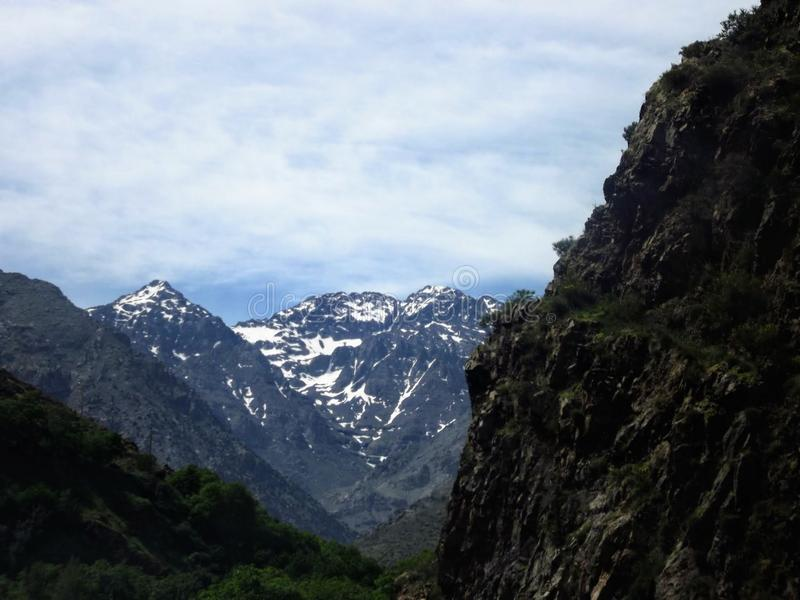 在图卜卡勒峰附近的阿特拉斯山脉 免版税库存照片