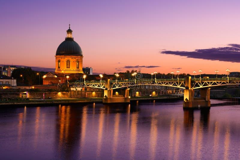 在图卢兹市,图卢兹,法国的紫色日落 免版税库存照片