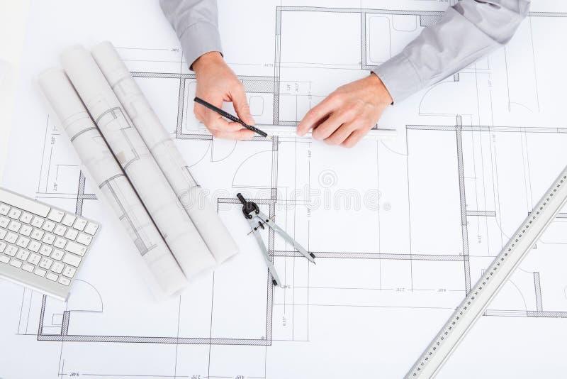 在图纸的建筑师图画 库存图片