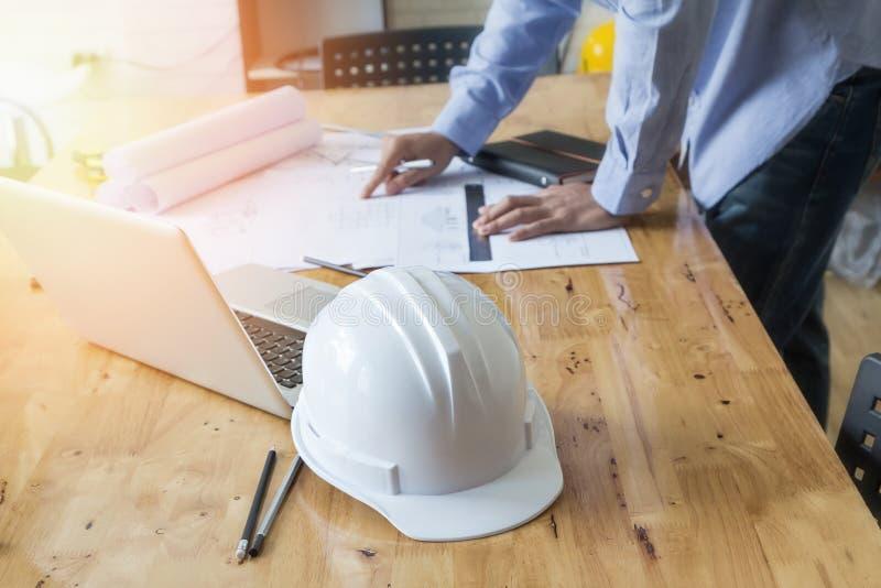 在图纸建筑概念的建筑师图画 免版税库存图片