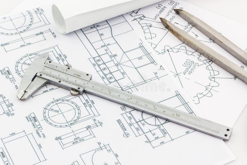 在图纸backgr的工程学分切器工具和游标分划 免版税库存图片