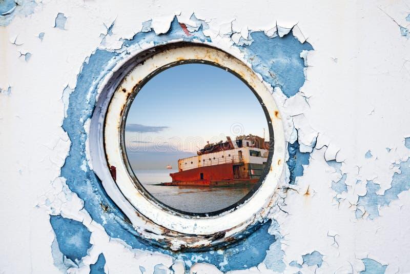 在圆的舷窗后的船击毁 免版税库存图片