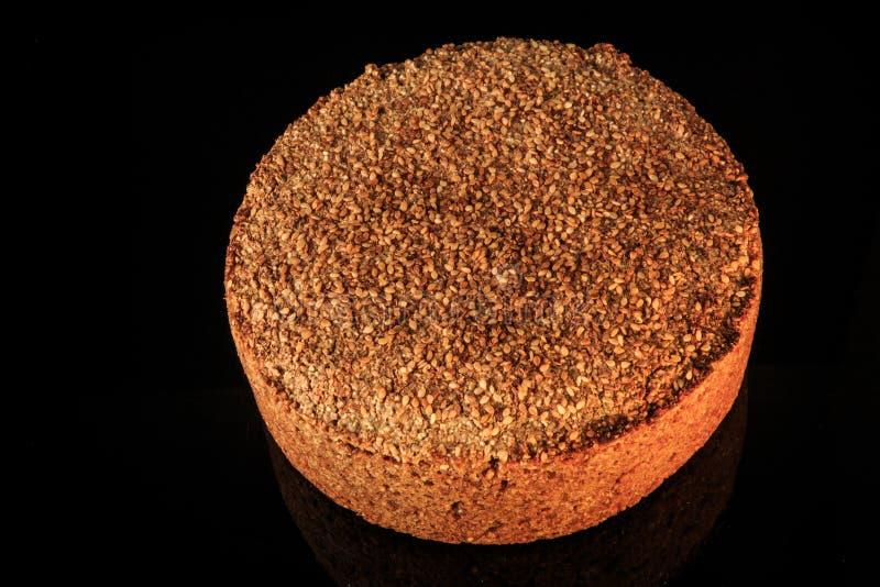 在圆的被烘烤的黑麦面包整个大面包的顶视图与芝麻的 库存图片