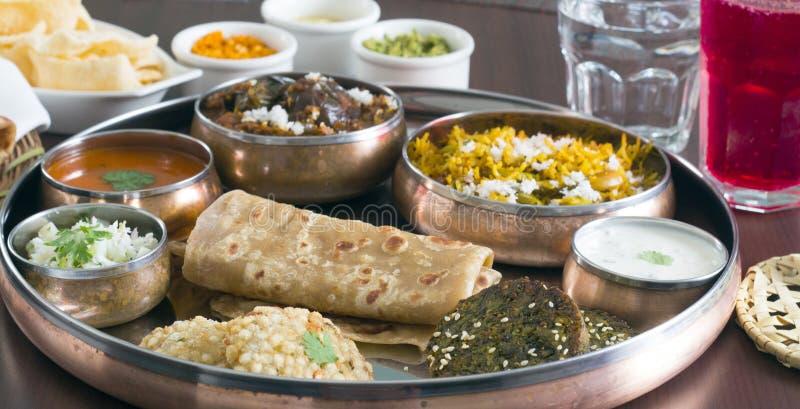 在圆的铜版的南印地安masala食品项目 库存图片