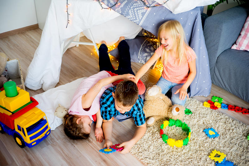 在圆锥形小屋的孩子 免版税库存照片