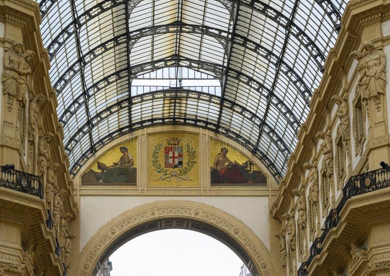 在圆顶场所维托里奥・埃曼努埃莱・迪・萨伏伊的马赛克II在米兰,意大利的最旧的购物中心 免版税图库摄影