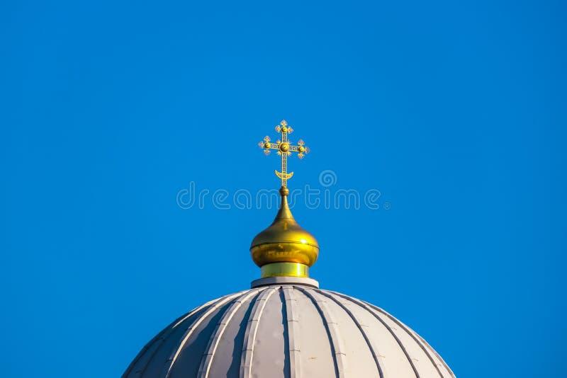 在圆顶的教会十字架 免版税库存图片