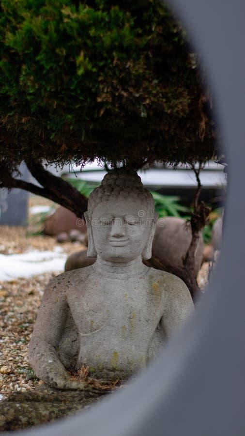在圈子后的一个buddah雕象 库存图片
