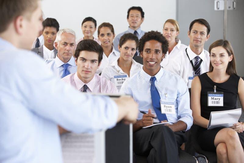 在圈子安装的医护人员在案件会议上 免版税库存图片