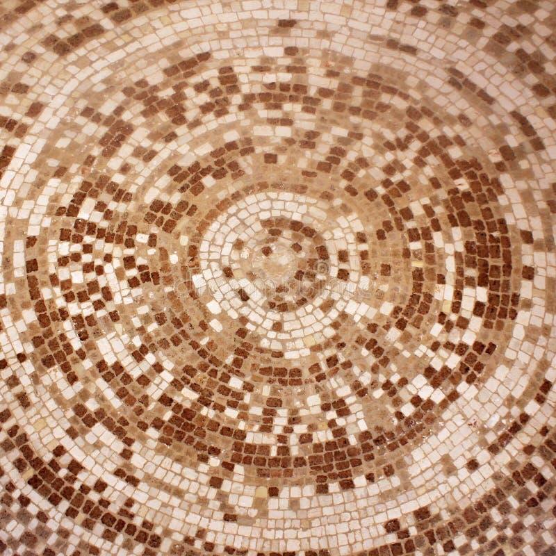 在圈子样式的老罗马米黄和棕色马赛克陶瓷砖 免版税库存图片