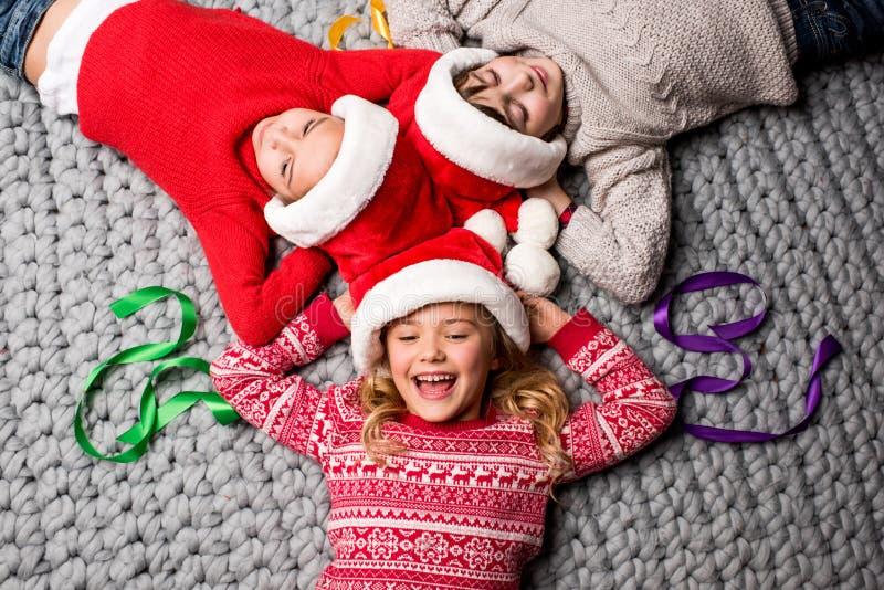 在圈子的圣诞老人帽子的孩子 库存照片
