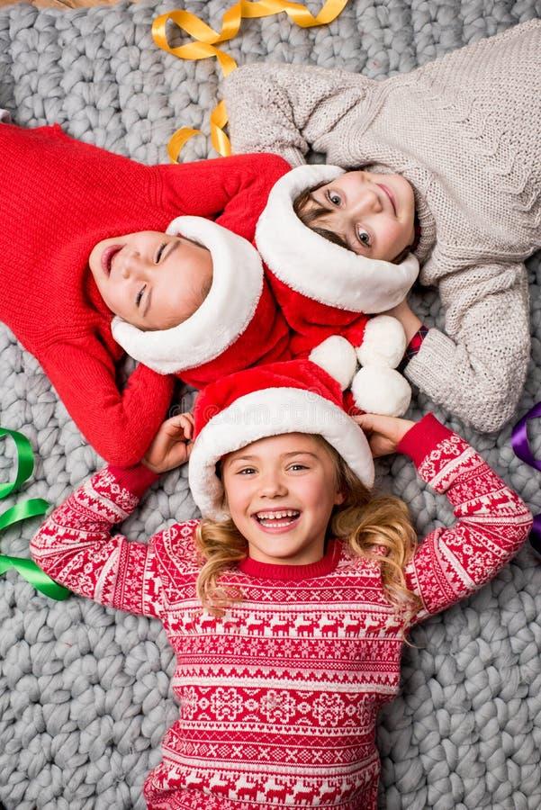 在圈子的圣诞老人帽子的孩子 库存图片