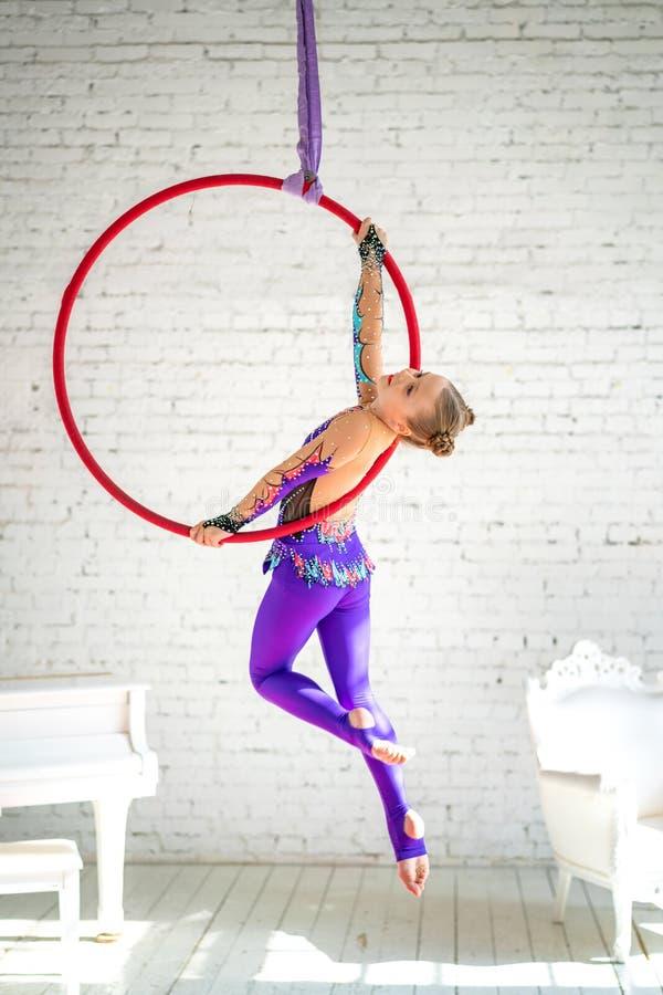 在圈子,做锻炼的女孩的空中体操 图库摄影