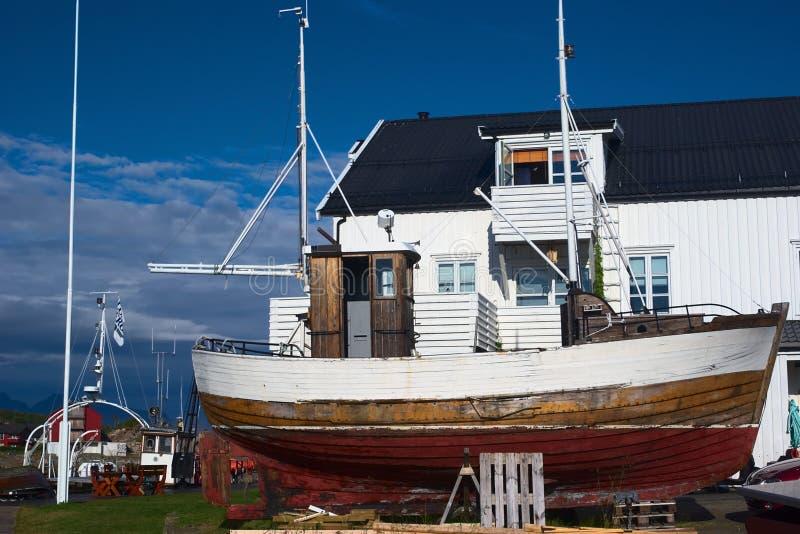 在土地的木渔船 免版税库存图片