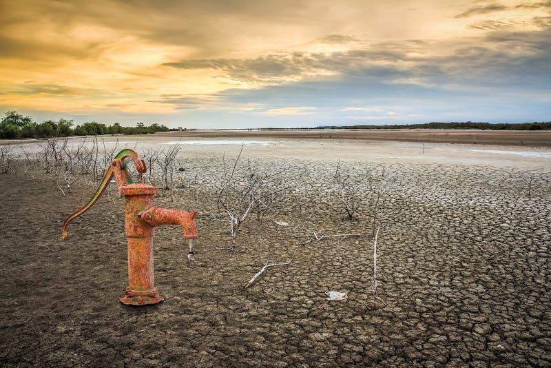 在土地的生锈的水泵 图库摄影