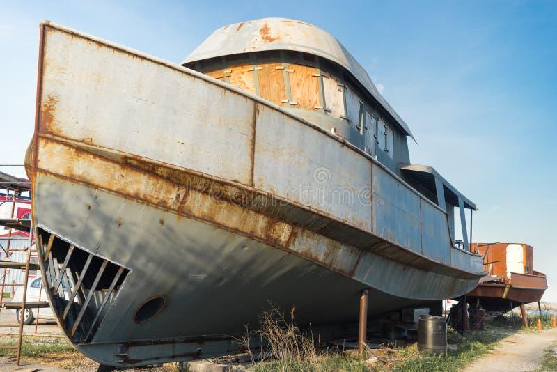 在土地的老渔船修理的 图库摄影