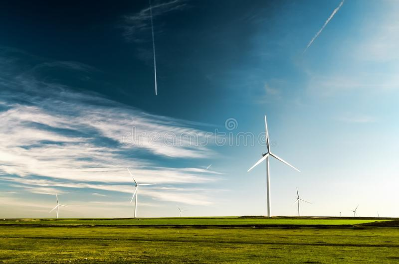 在土地背景的风轮机 免版税库存图片