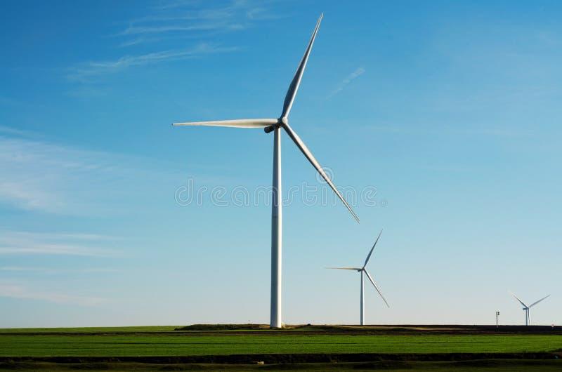 在土地背景的风轮机 图库摄影