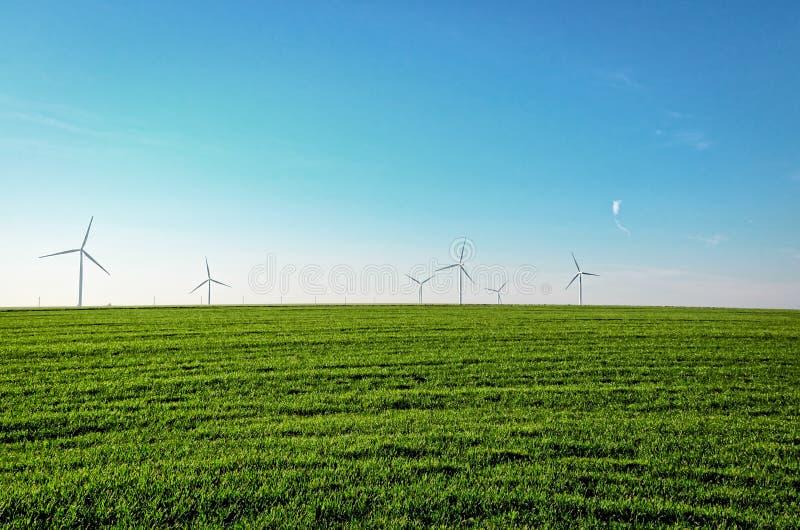在土地背景的风轮机 库存照片