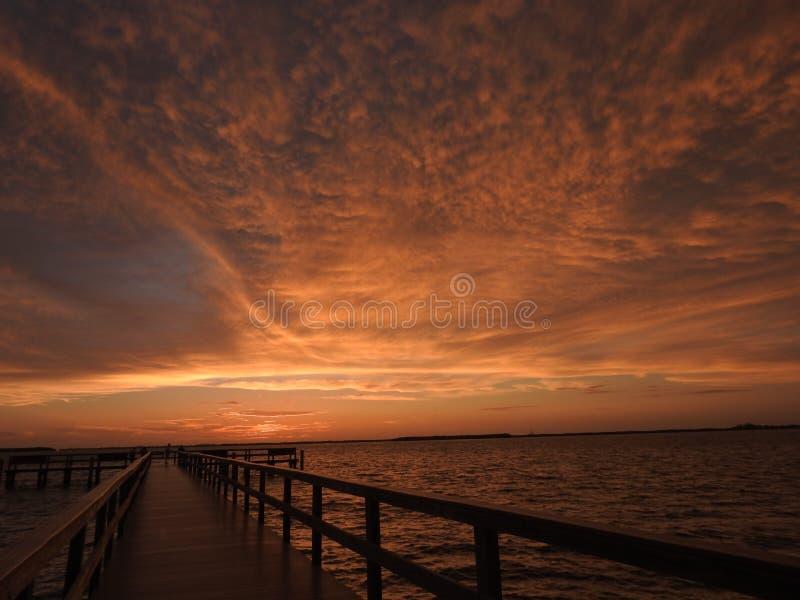 在土地Ceia海湾的美好的码头日落 免版税库存图片
