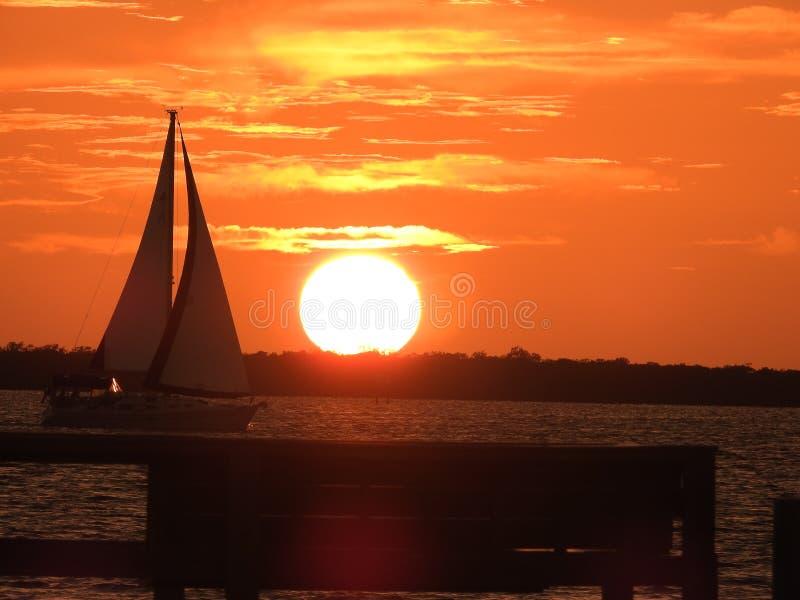 在土地Ceia海湾的风船在日落 库存图片