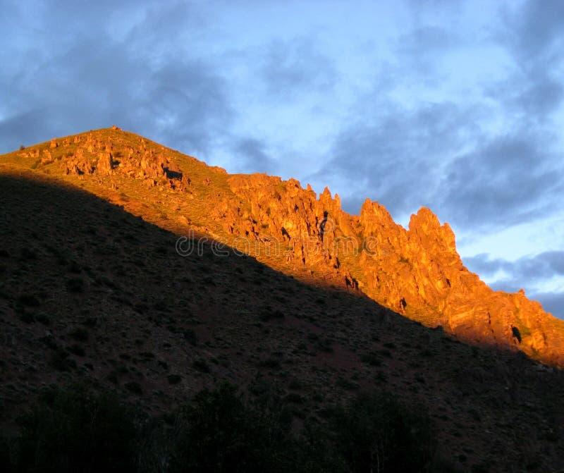 在土坎的日落与夜空 库存图片