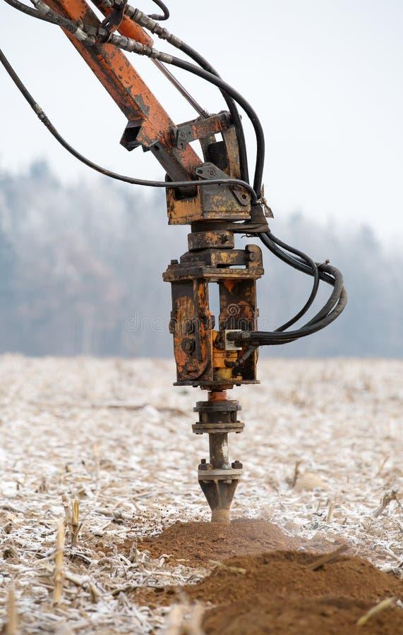 在土壤的凿岩机乏味孔 免版税库存图片
