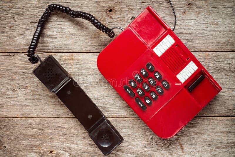 在土气委员会的葡萄酒红色电话 库存照片