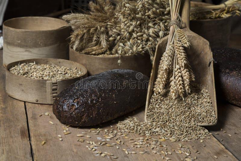 在土气木头的布朗整个五谷大面包构成 库存图片