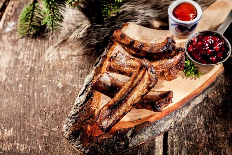 在土气木板条供食的BBQ排骨 免版税库存图片