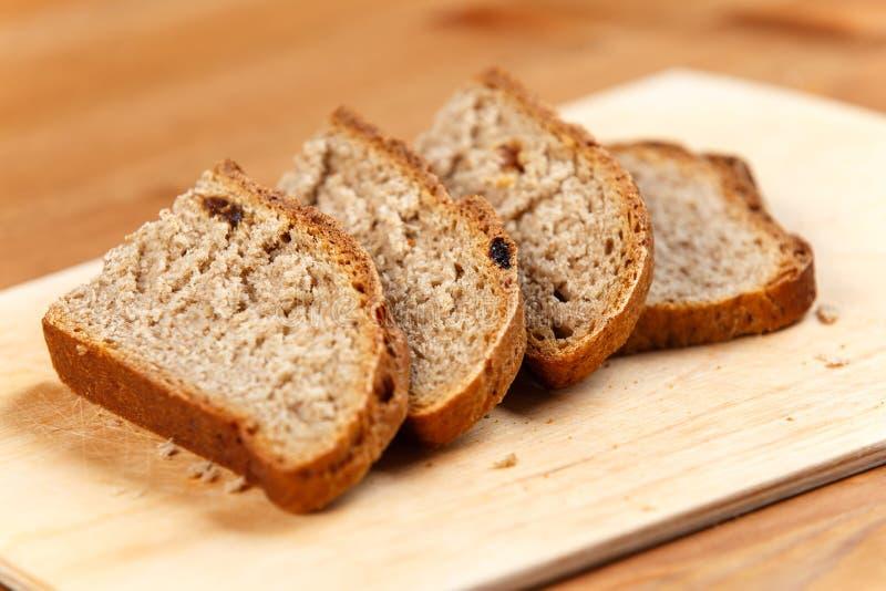 在土气木板的新鲜面包切片 免版税库存照片