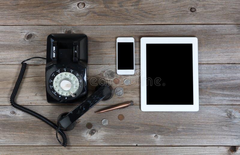 在土气木板的过时和现代通信设备 库存图片