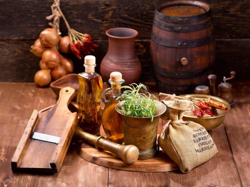 在土气木桌上的各种各样的厨房器物 免版税库存图片