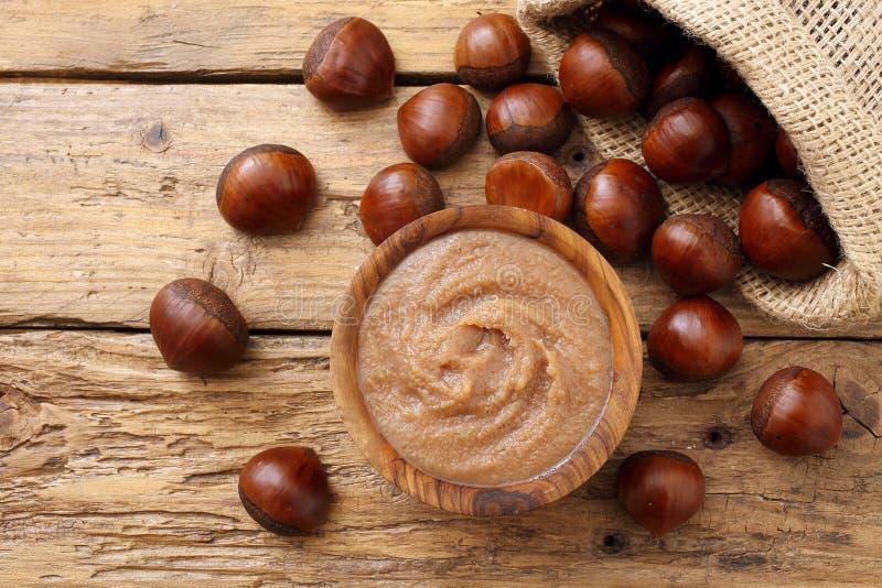 在土气木桌上的栗子果酱 免版税图库摄影