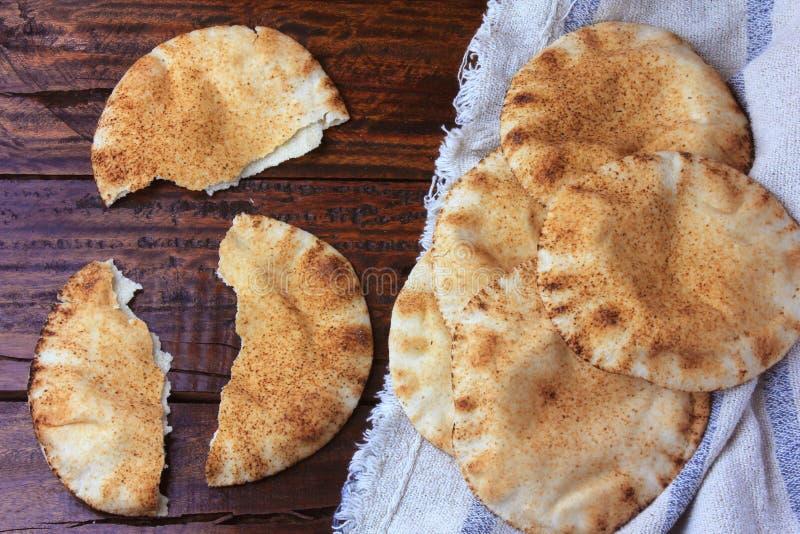 在土气木桌上的皮塔饼面包在土气布料 阿拉伯烹调传统食物  库存图片