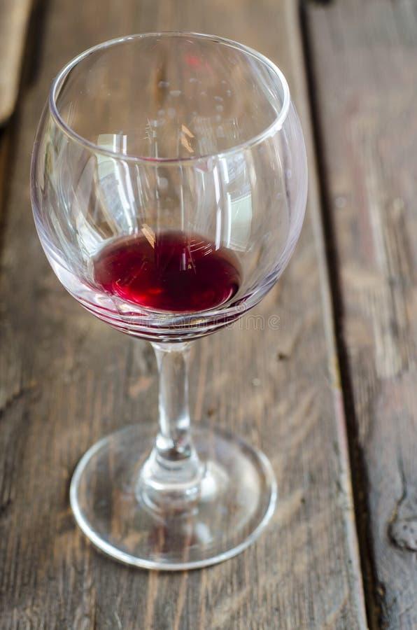 在土气木桌面的酒杯 免版税图库摄影