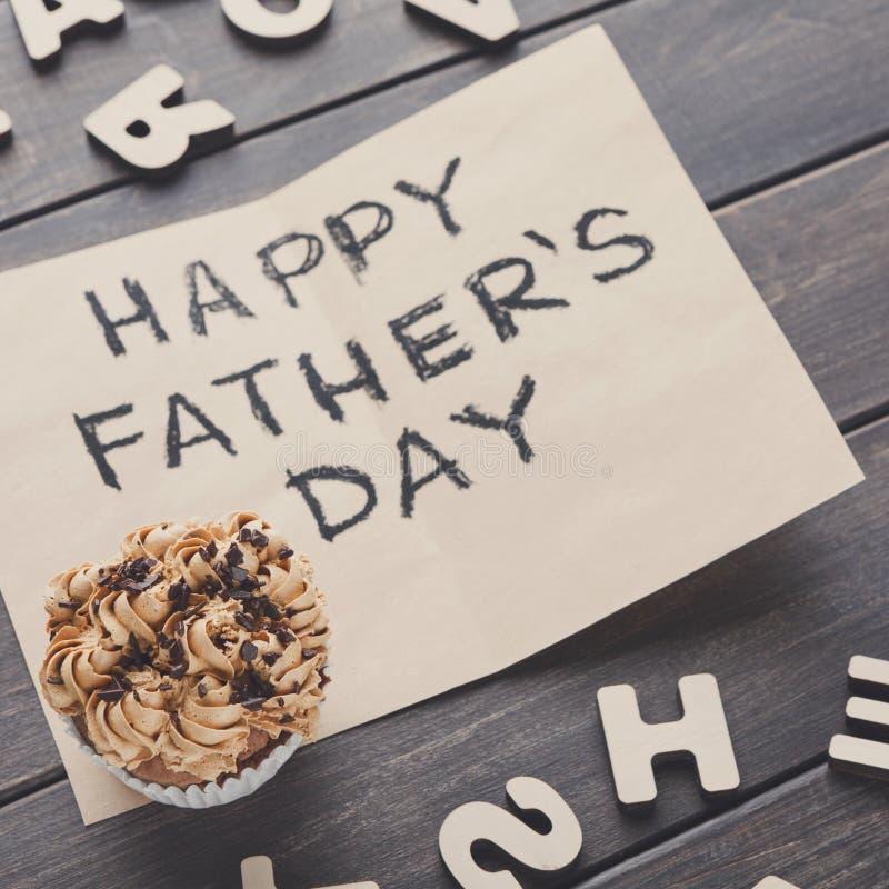在土气木背景的愉快的父亲节卡片 库存照片