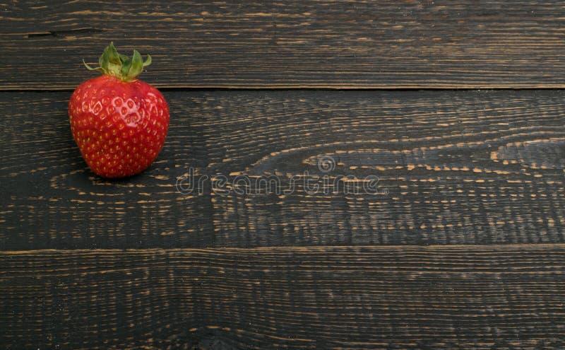 在土气木背景的新鲜的草莓 库存图片