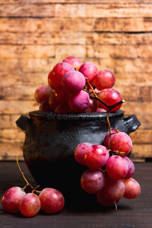 在土气木背景的新鲜的葡萄 免版税库存照片