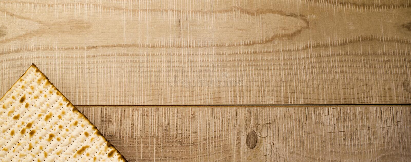 在土气木背景的横幅犹太传统逾越节Matzot 图库摄影