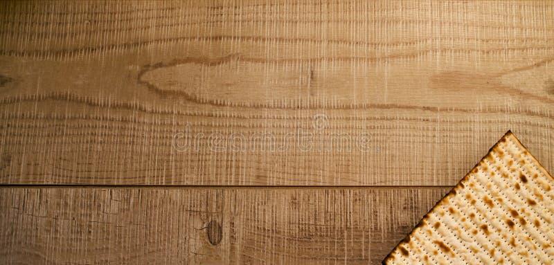 在土气木背景的犹太传统逾越节Matzot 库存图片