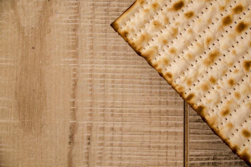 在土气木背景的犹太传统逾越节Matzot 库存照片