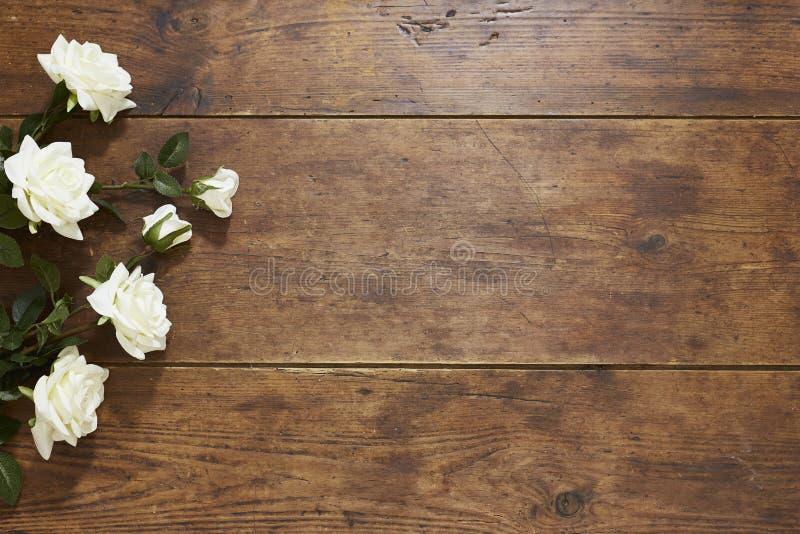 在土气木背景的玫瑰 免版税库存图片