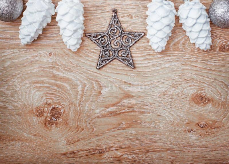 在土气木背景的白色和银色圣诞节装饰品 看板卡例证向量xmas 新年好 顶视图 免版税图库摄影