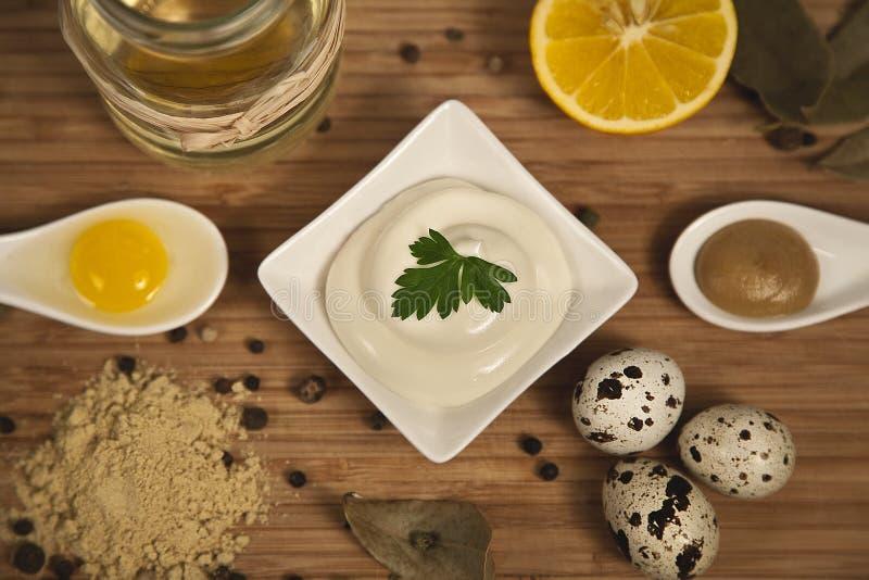 在土气木背景的蛋黄酱成份 概念吃健康 免版税库存照片